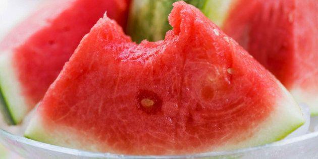 I 9 cibi che fanno bene alla pelle: ananas, cocco, salmone, pomodori donano luminosità e giovinezza