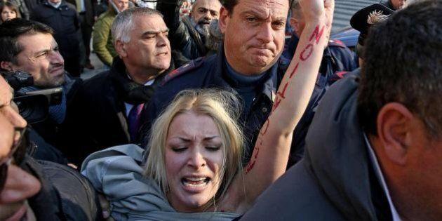 Femen tenta blitz vicino a piazza San Pietro. Fermata dopo colluttazione