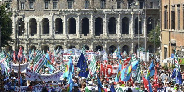 Sciopero Roma 6 giugno, corteo dei dipendenti comunali nel centro della capitale. Striscione contro il...