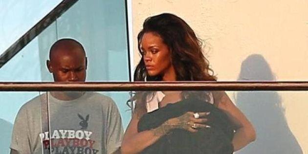 Rihanna posa seminuda per un photo shooting. Il servizio di Lapresse