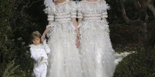Sfilate parigine, il lusso senza tempo di Chanel . E Lagerfeld porta in passerella due spose con un bambino