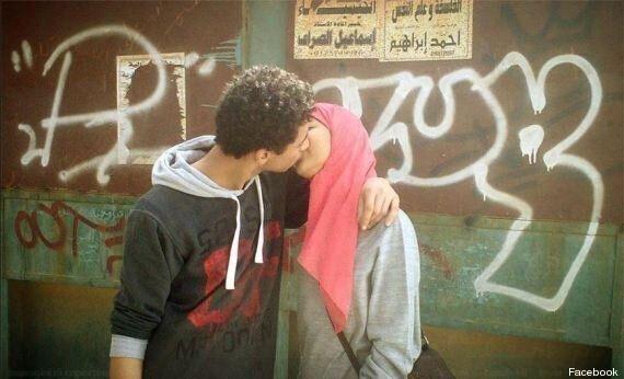 Egitto, la foto di due innamorati fa scattare le proteste. Il bacio simbolo della