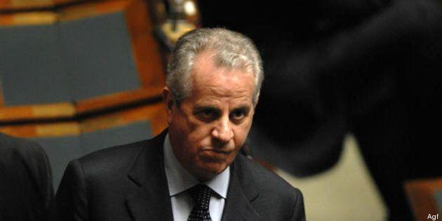 Perquisizione della polizia postale a casa di Claudio Scajola. È indagato per abuso edilizio e finanziamento...
