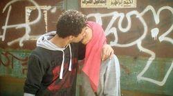 Si baciano in un luogo pubblico e diventano il simbolo della Primavera. La foto del bacio proibito in