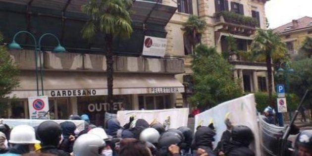 No Monti Day, a Riva del Garda parla il premier: tensione e scontri fra manifestanti e polizia (FOTO,