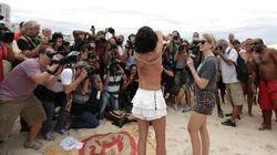 Topless collettivo in spiaggia a Rio per sfidare l'ultimo tabù