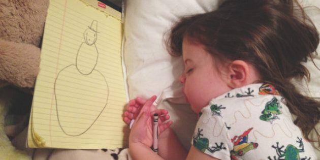 Roozle, la bambina che si addormenta disegnando