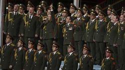 Poliziotti russi ballano e cantano sulle note di