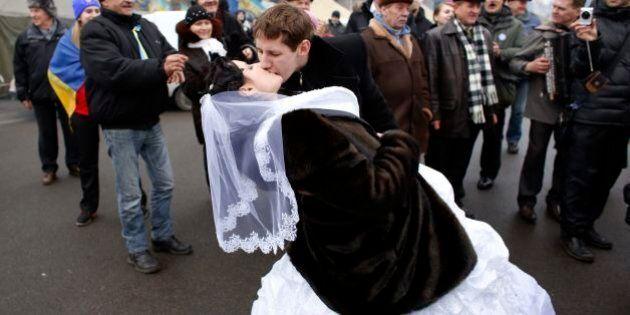 Ucarina: matrimoni in piazza contro Viktor Yanukovych. Con gli europeisti anche le coppie di sposi