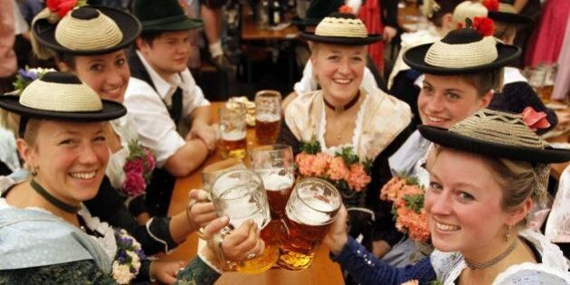 Si torna a Monaco in Baviera per l'Oktoberfest. In alto i boccali di birra a partire dal 21 settembre