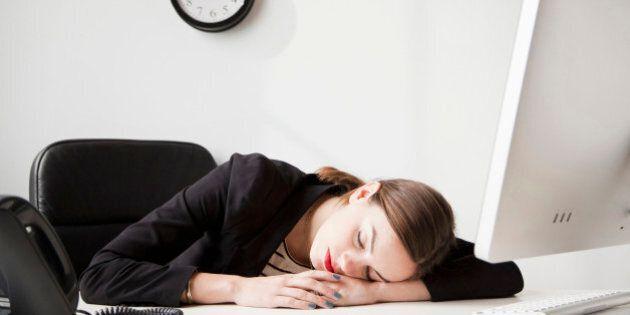 14 motivi per cui ci sentiamo sempre stanchi. Non bevi abbastanza acqua oppure hai un ufficio disordinato?