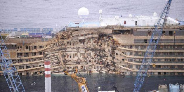 Isola del Giglio: la nave Costa Concordia alle 4 è tornata in posizione verticale (FOTO,