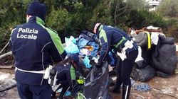 Alluvione in Sardegna, vestiti donati in beneficenza mai arrivati alle famiglie. Pacchi abbandonati alle porte di