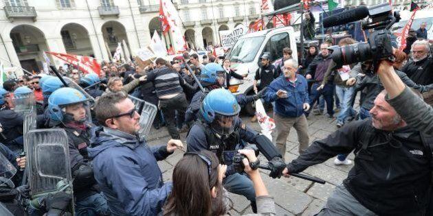 Primo maggio a Torino, scontri tra No Tav e polizia. Cartelli contro gli agenti della vicenda Aldrovandi