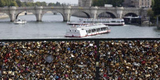 Pont des Arts, i lucchetti fanno crollare le griglie del ponte dell'amore di Parigi