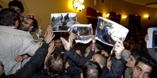Napoli, contestato Bersani: studenti e precari prendono parola sugli arresti di Roma e vengono