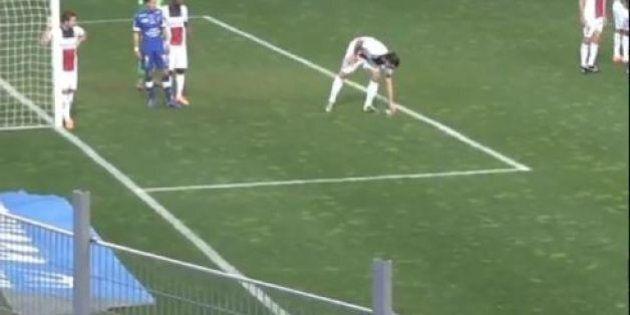 Zlatan Ibrahimovic mangia le noccioline in campo dopo la banana mangiata dal brasiliano Dani Alves
