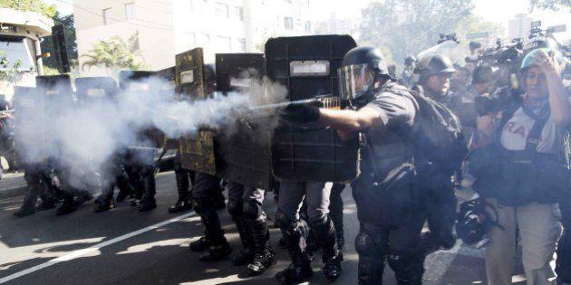 Mondiali 2014, scontri a San Paolo prima della cerimonia d'apertura: la polizia usa pallottole di gomma...