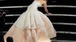 Jennifer Lawrence vittima del vestito... Cade prima di ritirare il premio (FOTO,