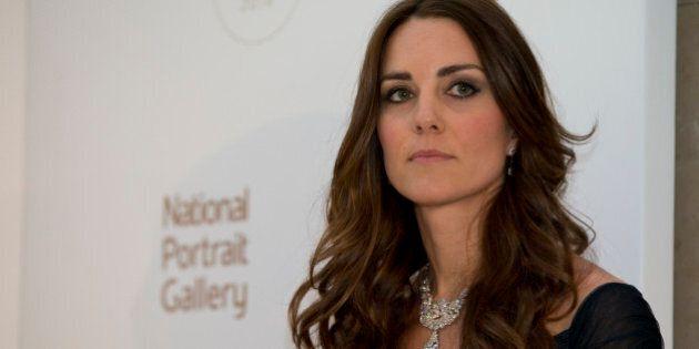 Kate Middleton, abito lungo e collier con 38 diamanti regalo della Regina Elisabetta
