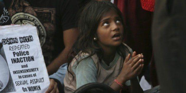0118ca0fa9 India, una bambina di 10 anni prova l'abito della prima comunione e ...