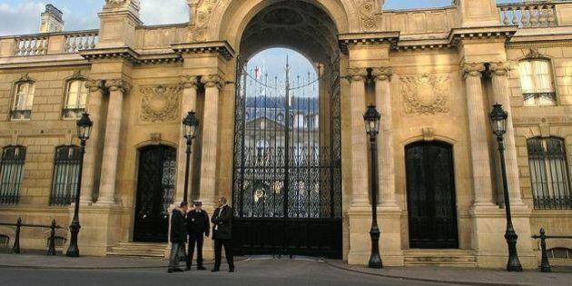 Parigi, fermato un italiano che ha tentato di sfondare in auto il cancello dell'Eliseo. È Attilio Maggiulli,...