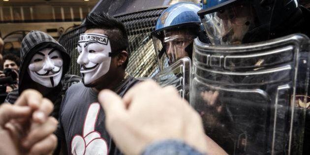 No Tav, corteo a Roma. Petardi contro la sede del Pd. Scontri tra manifestanti e polizia