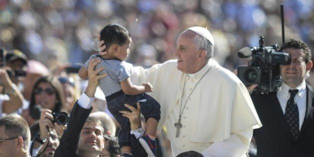 Papa Francesco apre agli omosessuali: