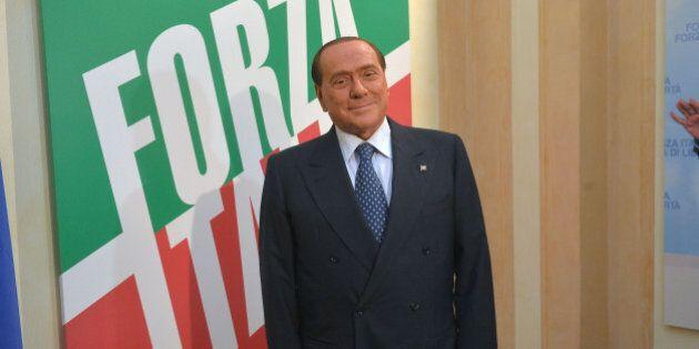 Silvio Berlusconi: il triste battesimo di Forza Italia con pochi adoranti e l'audio che non funziona