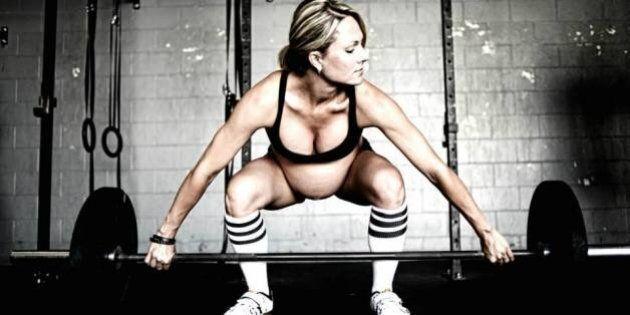 Lea-Ann Ellison. Incinta di 9 mesi e solleva pesi. La cultrice del corpo scatena la polemica su Facebook...