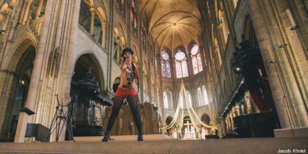 Militante di Femen a seno nudo a Notre Dame il giorno dopo il suicidio di Dominique Venner