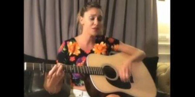 Belen Rodriguez cantante: il video-selfie alle prese con la chitarra e la canzone