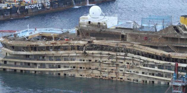 Costa Concordia, cede un cassone per il rigalleggiamento. Nessun ferito, ma la struttura si è inclinata
