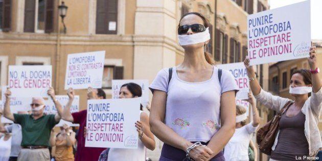 Omofobia, incatenati davanti a Montecitorio per protestare contro la (futura) legge (VIDEO,