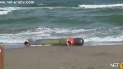 Un siluro al posto delle conchiglie sulla spiaggia
