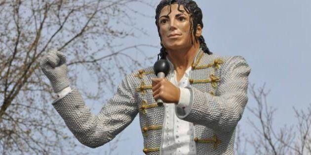 Michael Jackson, la statua portafortuna del Fulham viene spostata e la squadra retrocede dopo 13 anni