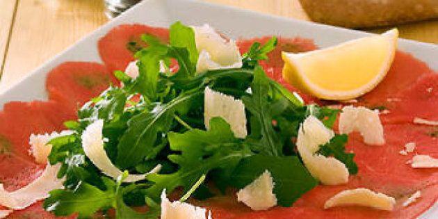 10 errori a tavola che non ti aspetti: dall'abbinare il parmigiano alla rucola a cuocere i peperoni