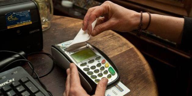 Pagamenti con il bancomat sopra i 30 euro, il Codacons ai consumatori: