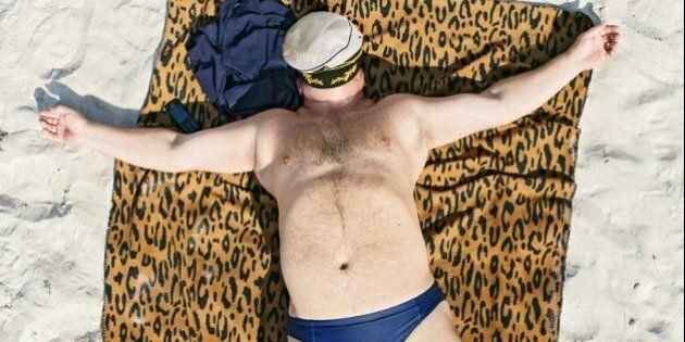 Confort Zone, persone che dormono in spiaggia: il fotoreportage di Tadao Cern infrange i tabù