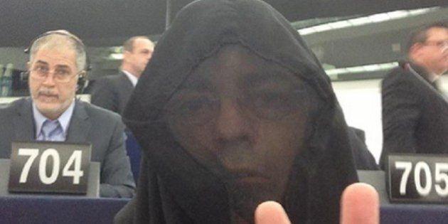 Strasburgo, il leghista Gianluca Buonanno si presenta all'europarlamento con il burqa. Corte europea:...