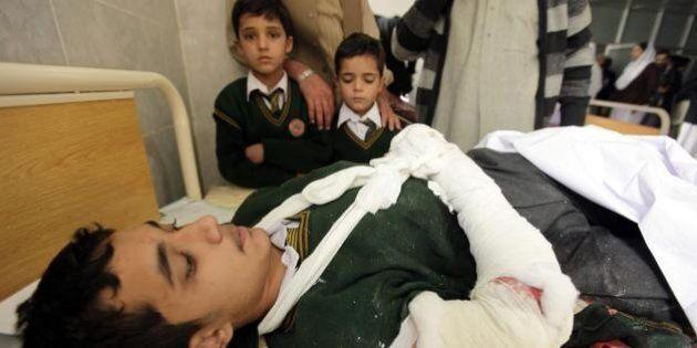 Pakistan, talebani attaccano scuola militare a Peshawar: è strage di bambini, oltre 140 morti