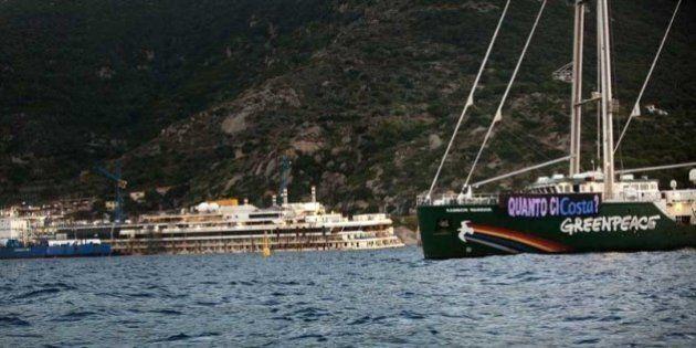 Costa Concordia, Greenpeace invia la Rainbow Warrior ed esprime dubbi sulla sicurezza del trasporto a...