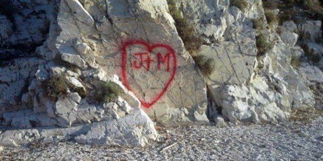 La spiaggia di Capobianco deturpata dai vandali: gli scogli degli Argonauti imbrattati dai vandali
