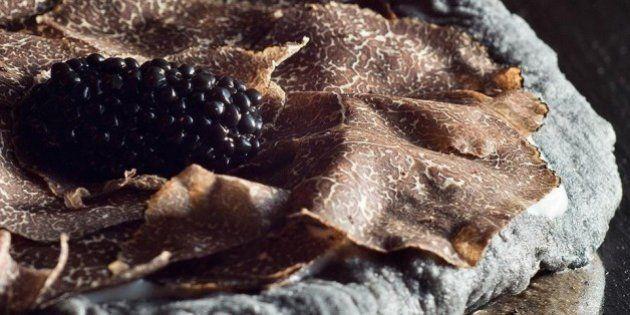 Pizza in Black: la pizza nera dello chef Vitantonio Lombardo simbolo dell'eleganza della cucina italiana