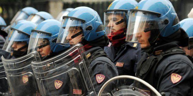 G8, sindacati di polizia infuriati per la richiesta di risarcimento a 5 poliziotti: