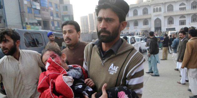 Pakistan, strage taliban nella scuola. Alunni costretti a guardare maestro bruciato vivo.