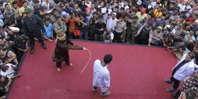 Indonesia, omosessualità e sesso extra-matrimoniale puniti con 100 frustate nella provincia di