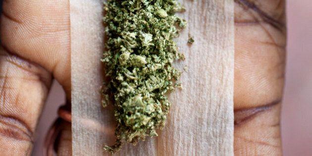 Ragazza 19 enne fumava marijuana con i genitori e un amico, arrestata dai carabinieri a Piombino