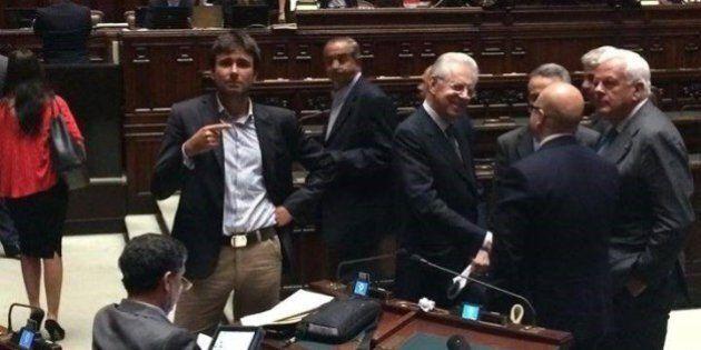 Alessandro Di Battista contro Mario Monti: