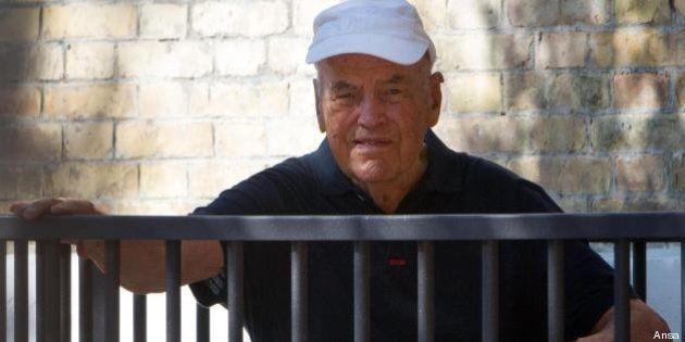 Erich Priebke compie 100 anni. Striscione di fronte a casa del boia delle Fosse Ardeatine: